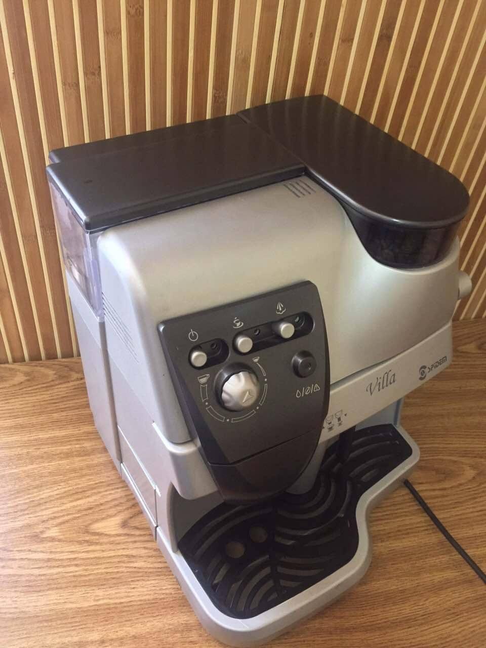 Такою кавовою машиною може користуватись будь-хто. Вона дуже зручна й повністю автоматизована.