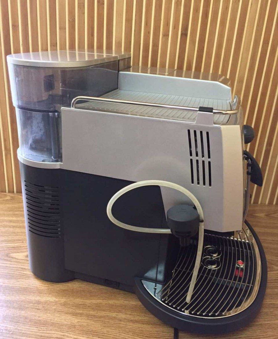 Ця кавова машина не підведе вас навіть у напружені дні, коли кава вам потрібна, як повітря. Вона здатна готувати нові й нові порції цілий день без відпочинку.