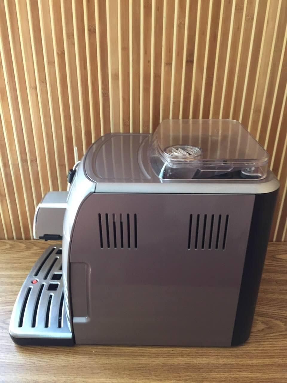 Таку кавоварку можна поставити, як вдома, так і в офісі. Вона підходить до будь-якого місця й добре впишеться в ваш стиль. Кавову машину даної моделі можна назвати класичною, адже вона виконує стандартні операції без специфічних функцій.