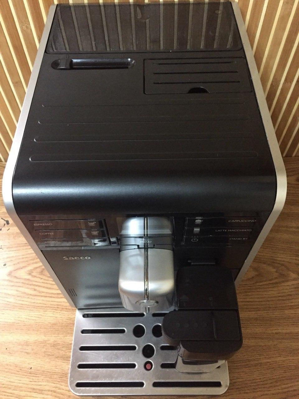 Така кавоварка підійде для будь-якої квартири. Навіть у маленькій кухні знайдеться місце для такої компактної моделі.