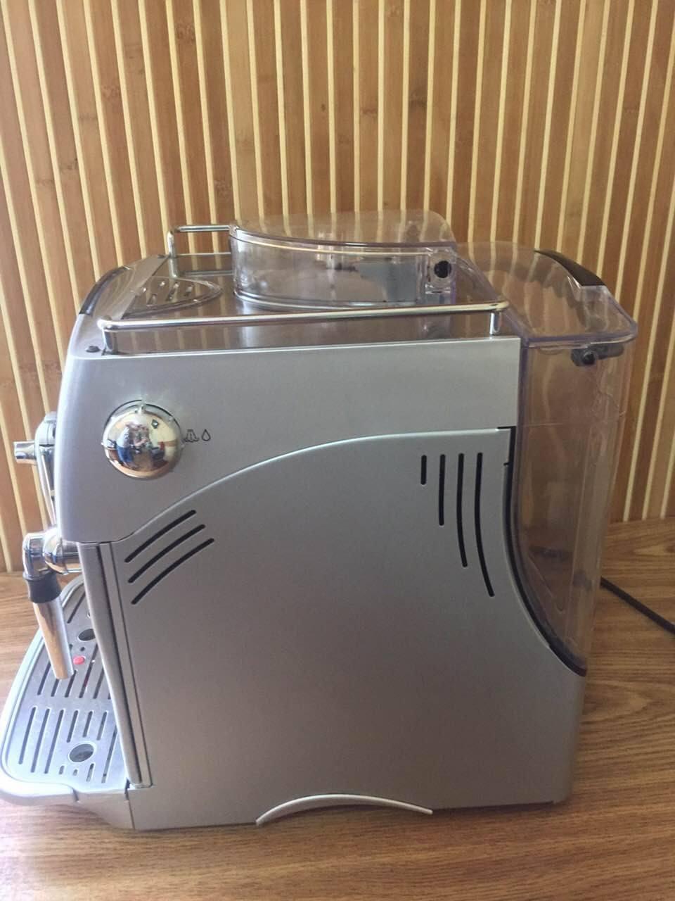 Цю кавоварку можна назвати сучасною машиною. Вона буде стояти на стражі приготування найароматнішої кави для вашого успішного дня.