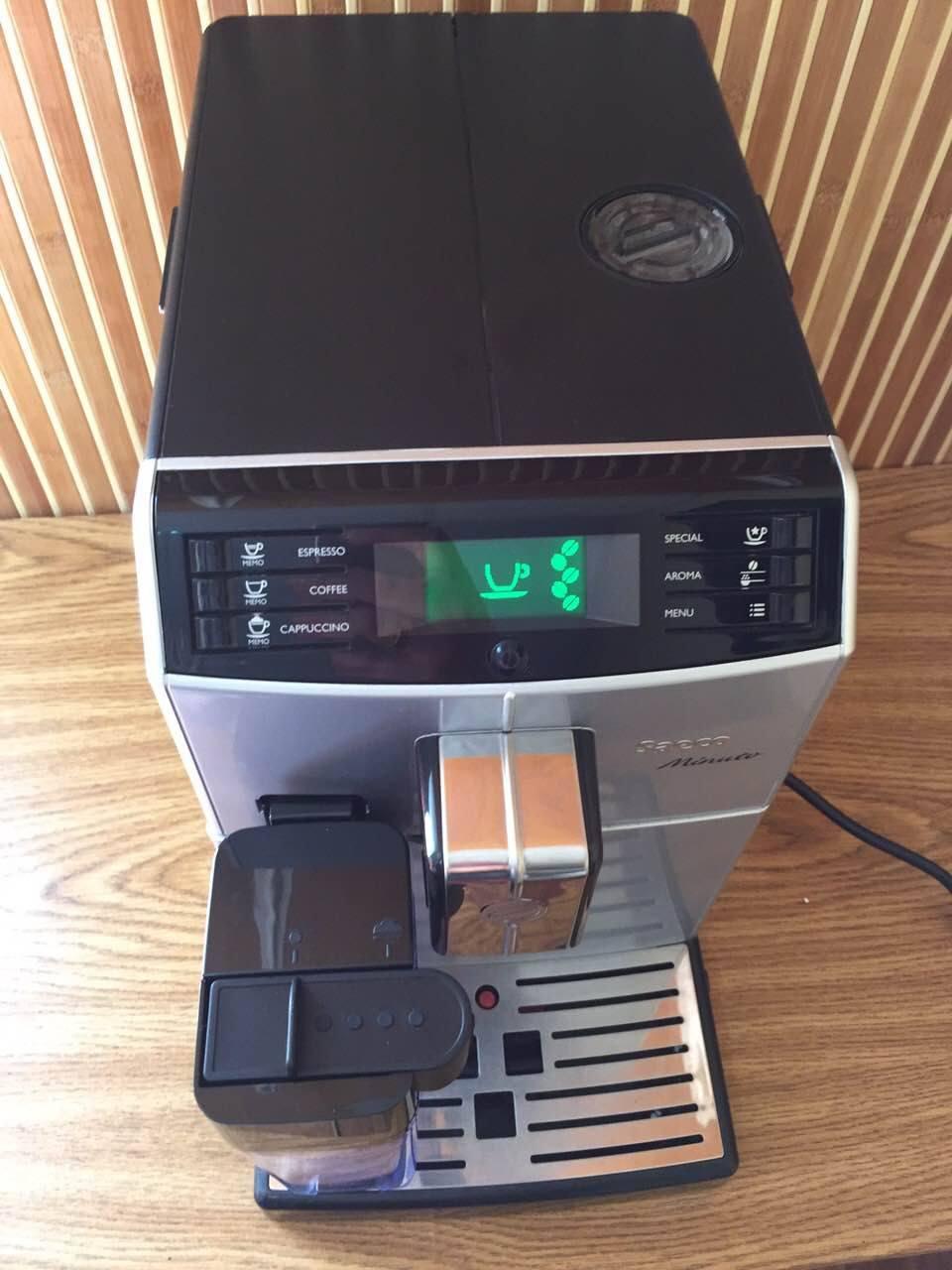 Эта модель кофемашины относится к классу люкс. С ней вы не только сварите качественный кофе, но и сможете выбрать один из семи видов различных кофейных напитков, таких как капучино и латте. Также вы сможете регулировать крепость кофе и помол.
