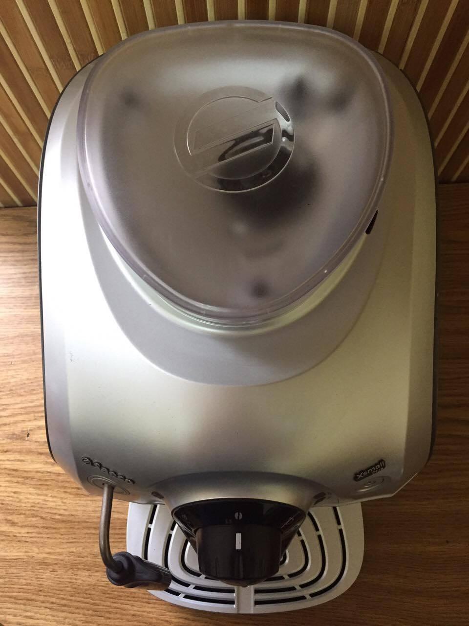 Ця кавоварка є найменшою з усіх, які може представити ця індустрія. Вона поміститься навіть на найкомпактнішій кухні чи невеликій поверхні. Її висота та ширина лише 30 см.