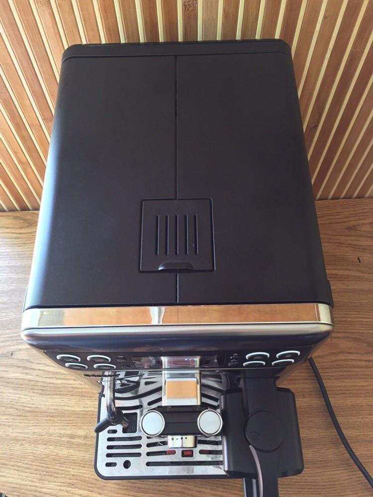 Така кавоварка – це ідеальний вибір для великої родини, яка обожнює щойно зварену ароматну каву. Вона може приготувати вам напій різної міцності та майже усіх рецептів.