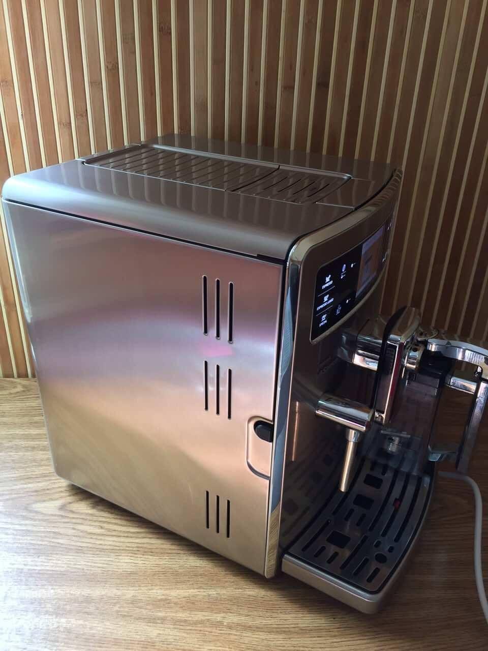 Це унікальна кавова машина! У чому ж її унікальність? Вона може запам'ятати одразу 6 рецептів, які будуть відрізнятись по 9 різних параметрах. Вона ідеально підходить великій родині, де кожен має різні уподобання щодо кави.
